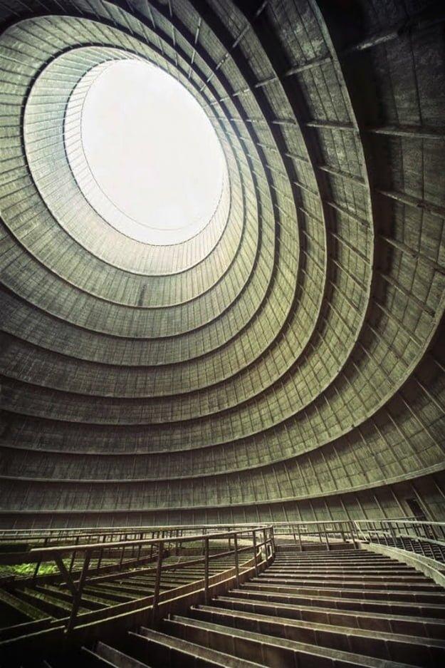 4. Egy elhagyatott erőmű hűtőtornya