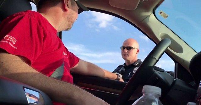 Ez a férfi arra számított, hogy a rendőr büntetést ró ki rá, pedig csak azért állították meg, hogy közöljék vele: apa lesz!
