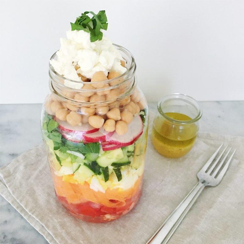 Ezt az üvegbögrés szivárvány salátát imádni fogod!
