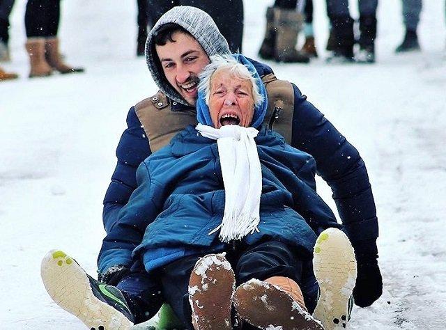 Az egész világot megmosolyogtatta ez a 86 éves szánkózó nagymama