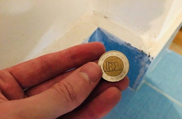 Ez történik, ha egy 100 forintos érmét helyezel el a lakás egyik sarkában!