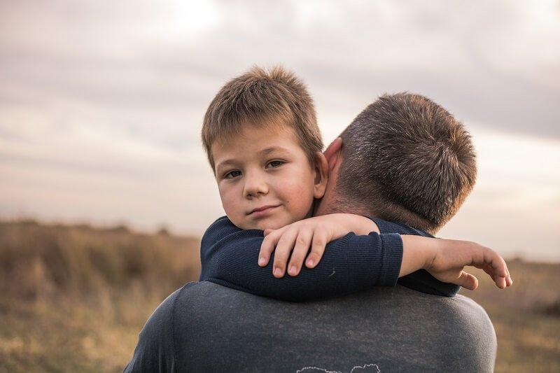 Ezért olyan rendkívül fontosak az apai ölelések, úgy a lányok, mind pedig a fiúk esetében!