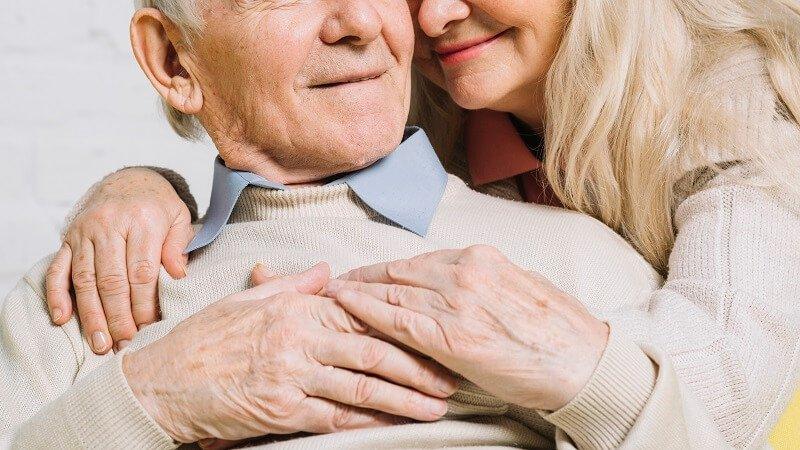 Egy 79 éves férfi fodrász- és sminktanfolyamon vett részt, hogy segíteni tudjon a feleségének, akinek megromlott a látása