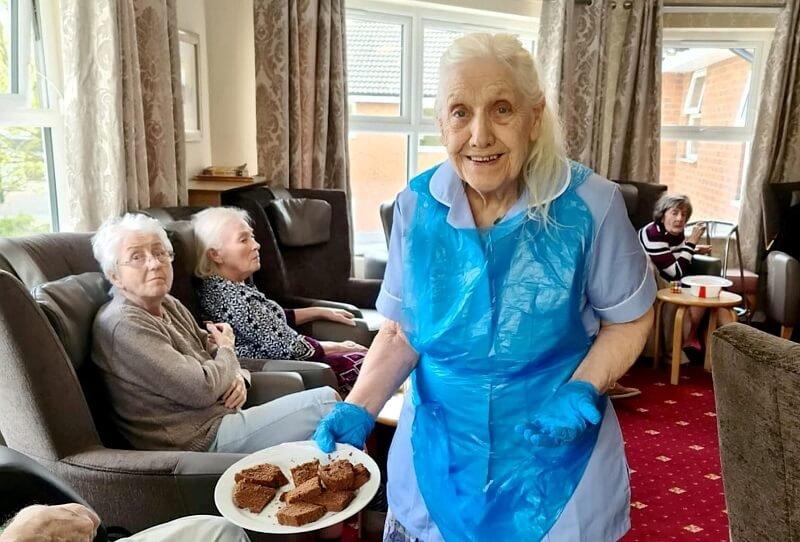 A 83 éves hölgy beállt önkéntesnek az öregek otthonába ahol élt, hogy segítse a személyzet munkáját!