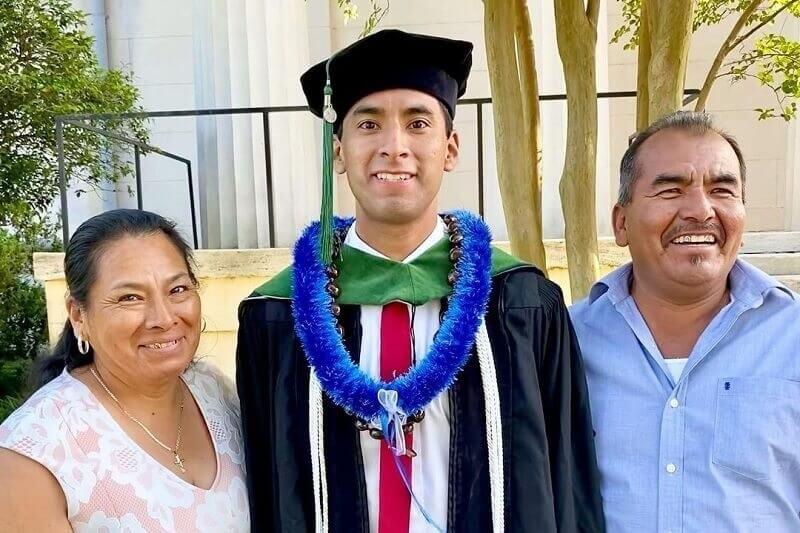 Miután elvégezte az orvosi egyetemet, külön köszönetet mondott a mezőgazdasággal foglalkozó szüleinek!