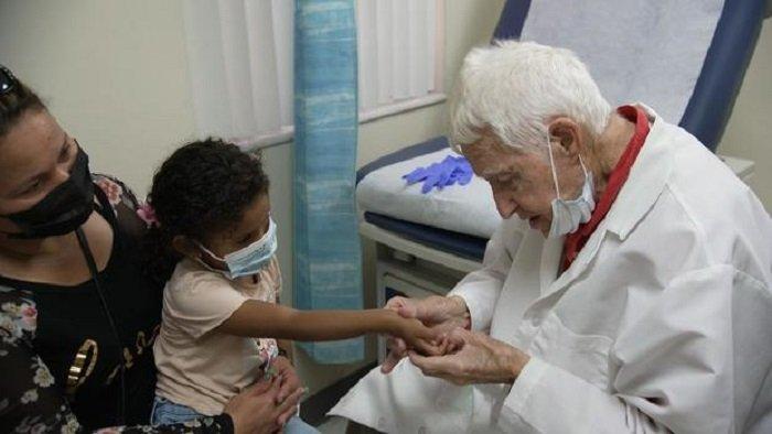 Dr. Andy, a 101 éves gyerekorvos, aki még mindig imádja a munkáját!