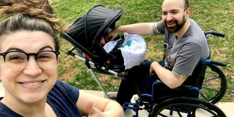 Nem tudta sétálni vinni a fiát a mozgássérült édesapa, diákok építik neki kerekesszékes babakocsit
