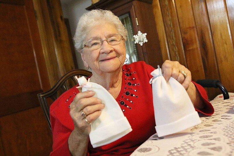 15 év alatt 11 ezer sapkát készített az újszülött csecsemőknek a 90 éves néni