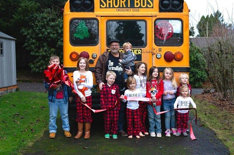 A nagyapa vásárolt egy iskolabuszt, hogy reggelente iskolába vigye 10 unokáját