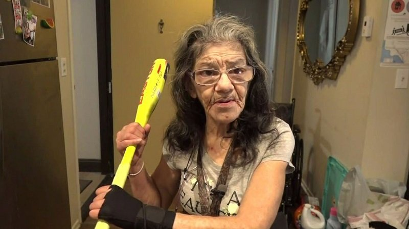 Egy férfi betört egy 67 éves nő otthonába, de arra nem számított, hogy az idős nő fekete öves harcművész